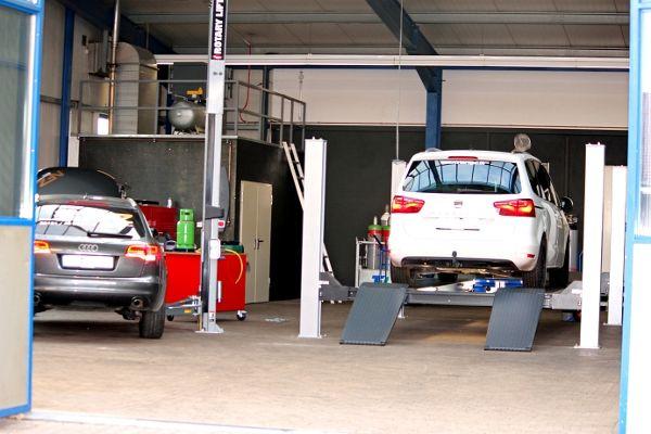 Audi und Seat Alhambra in der Werkstatt