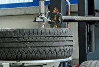 Reifen in der Montiermaschine