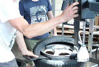 Reifen und Felge auf der Montiermaschine