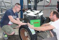 Unser Meister erklärt dem Kunden die Radmontage