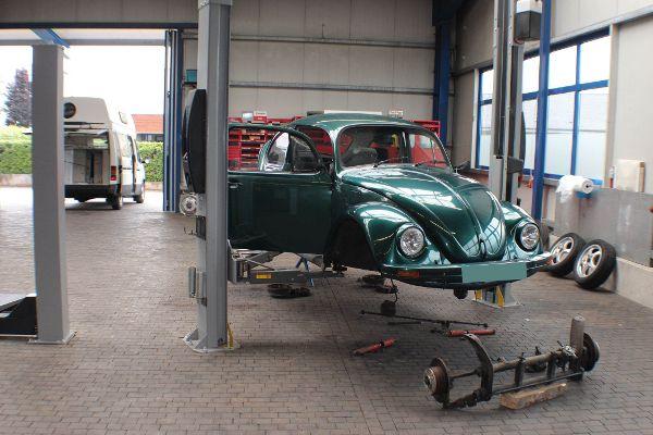 Oldtimer neben Wohnmobil in der Werkstatt