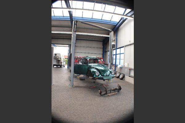 Oldtimer und Reisemobil in der Werkstatt