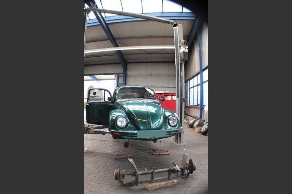 VW Käfer zum Vorderachse ausbauen, in der Werkstatt