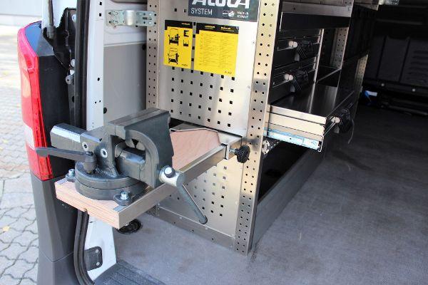Regalsystem mit ausziehbarem Schraubstock