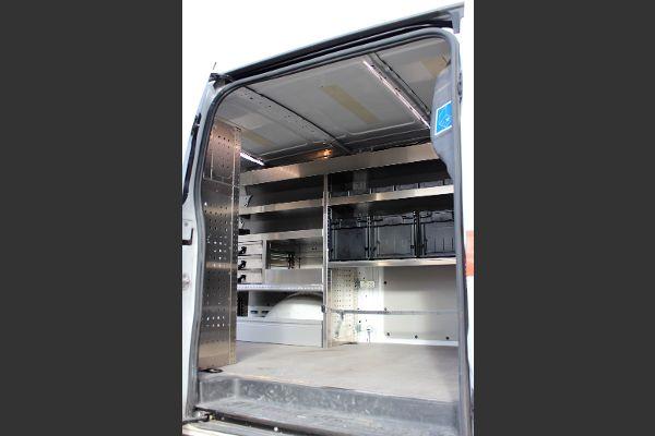 Regalsystem im Fahrzeug mit Fächern, Boxen, Schubladen und Stauraum