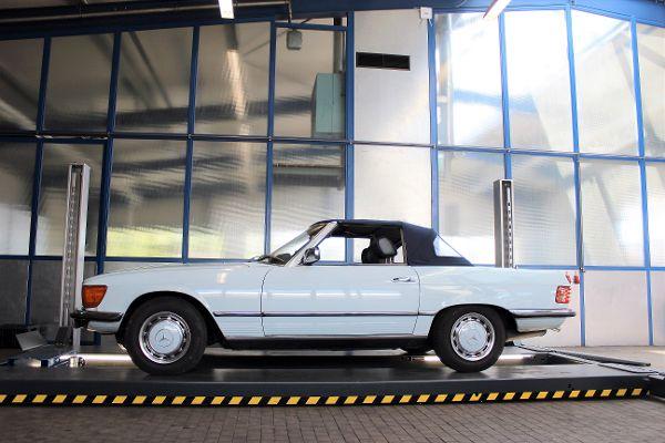 Mercedes Oldtimer auf der Hebebühne