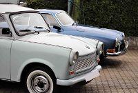 VW Karmann und Trabbi vor der Werkstatt