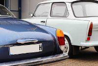 Volkswagen Karmann Ghia und Trabant vor der Werkstatt