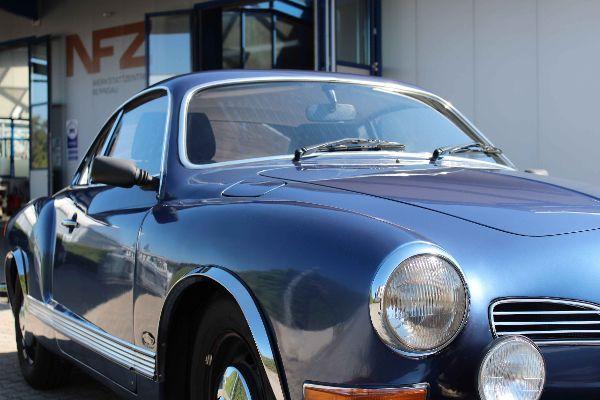 VW Karmann vor der Werkstatt