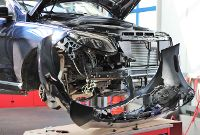 Pkw beschädigte Fahrzeugfront wird erneuert