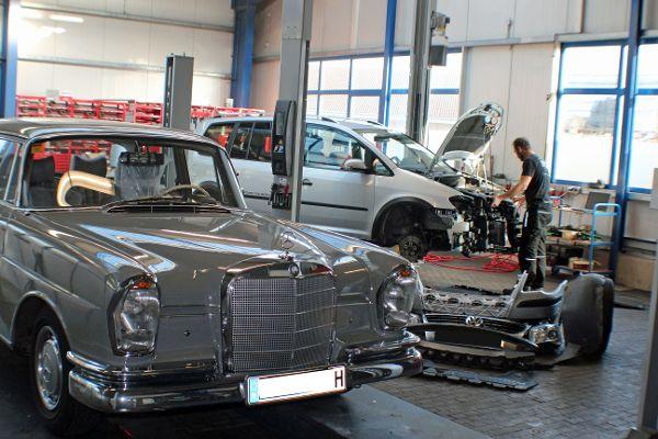 Mercedes Heckflosse auf der Hebebühne