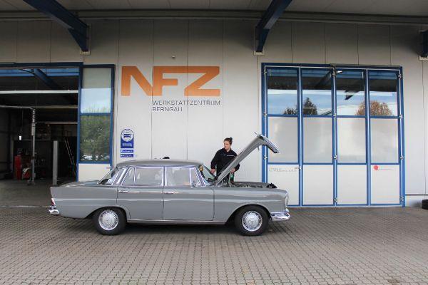 Oldtimer Mercedes-Benz Heckflosse vor unserer Werkstatt