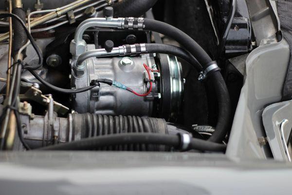 Service-Anschluß, Riemenscheibe, Kabel-Magnetkupplung (Spannungsversorgung, Hochdruck- und Saugdruckschlauch, Kältemittelleitungen